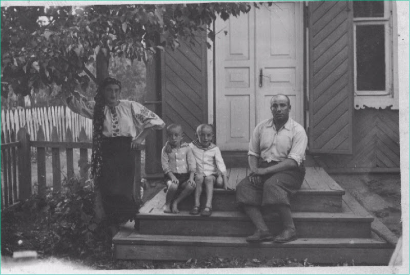 The Etkin family in front of their house in Krulevshchizna, Belarus 1936